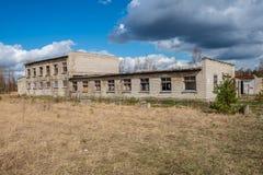 zaniechani militarni budynki w mieście Skrunda w Latvia fotografia stock