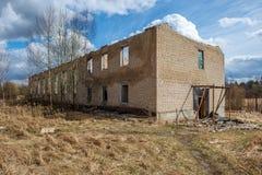 zaniechani militarni budynki w mieście Skrunda w Latvia obraz stock