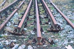 Zaniechani ośniedziali poręcze Stal poręcze przy starą zamkniętą stacją kolejową Metalu materia Fotografia Stock