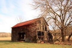 zaniechani obszar trawiasty stwarzać ognisko domowe stary drewnianego Fotografia Royalty Free