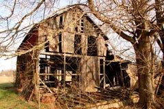 zaniechani obszar trawiasty stwarzać ognisko domowe stary drewnianego Zdjęcie Stock