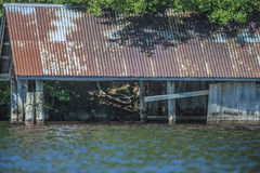 Zaniechany łódkowaty dom przy pięć morzem Zdjęcia Stock