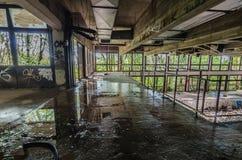zaniechany basen z przeciekającym dachem fotografia stock