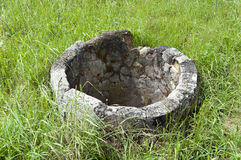 Zaniechany betonowy stary well Zdjęcie Royalty Free