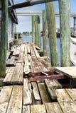 Zaniechany boathouse mola nabrzeże na rzecznej intracoastal drodze wodnej obraz stock