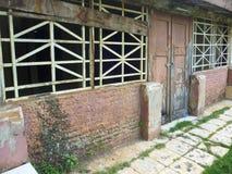 Zaniechany budynek i stara ściana Fotografia Royalty Free