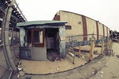 Zaniechany budynek przed fabryką Fotografia Royalty Free