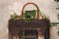 Zaniechany budynek przerastający z balkonem obraz royalty free