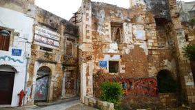 Zaniechany budynek w centrum Chania z nowożytnymi graffiti na nim Fotografia Stock