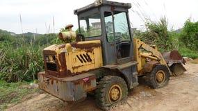 Zaniechany buldożer, niektóre tereny rdzewiał zdjęcia royalty free
