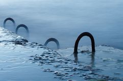 Zaniechany bulwar betonowe płyty i stal zapętlają z plamy morzem Obrazy Royalty Free