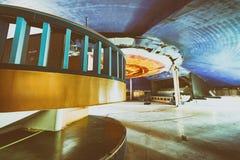 Zaniechany discotheque z drewnianym kolorowym wnętrzem zdjęcia stock