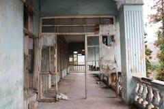 Zaniechany dom, balkonowy widok Fotografia Stock