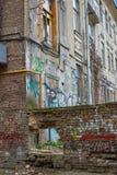 Zaniechany dom bez dzierźawców i stronniczo zniszczonego ceglanego wa Zdjęcia Stock