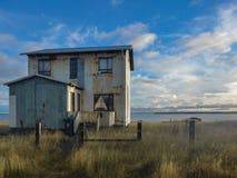 Zaniechany dom blisko jeziora - Iceland obraz royalty free