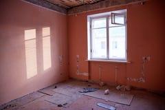 Zaniechany dom dostaje przygotowywający dla rozbiórki zdjęcia stock