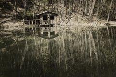 Zaniechany dom jeziorem Zdjęcie Royalty Free