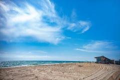 Zaniechany dom na plaży Lato i Złoty piasek na plaży zdjęcia royalty free