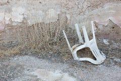 Zaniechany dom w Grecja - Zaniechany plastikowy krzesło Zdjęcie Stock