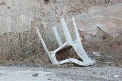 Zaniechany dom w Grecja - Zaniechany plastikowy krzesło Obrazy Royalty Free