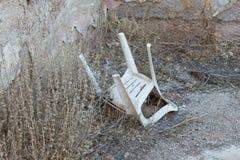 Zaniechany dom w Grecja - Zaniechany plastikowy krzesło Zdjęcie Royalty Free