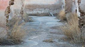 Zaniechany dom w Grecja - Zaniechany plastikowy krzesło Fotografia Stock
