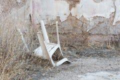 Zaniechany dom w Grecja - Zaniechany plastikowy krzesło Zdjęcia Stock
