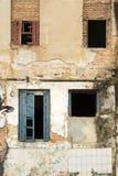 Zaniechany dom w ruinach z łamanymi okno obrazy royalty free