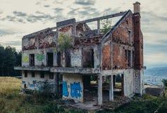Zaniechany dom w Sarajevo zdjęcia stock