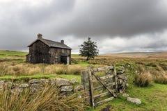 Zaniechany dom wiejski Na Burzowym dniu w Dartmoor Obrazy Stock