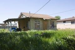 Zaniechany dom Z Porosłym jardem Fotografia Royalty Free