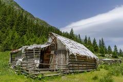 Zaniechany drewniany sheepfold w Carpathians górach fotografia stock
