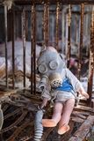 Zaniechany dzieciniec w Chernobyl niedopuszczenia strefie Przegrane zabawki, A ?amaj?ca lala Atmosfera strach i samotno?? Ukraina fotografia royalty free