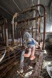 Zaniechany dzieciniec w Chernobyl niedopuszczenia strefie Przegrane zabawki, A ?amaj?ca lala Atmosfera strach i samotno?? Ukraina obrazy stock