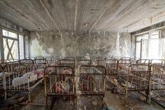 Zaniechany dzieciniec w Chernobyl niedopuszczenia strefie Przegrane zabawki, A ?amaj?ca lala Atmosfera strach i samotno?? Ukraina zdjęcia royalty free