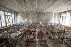 Zaniechany dzieciniec w Chernobyl niedopuszczenia strefie Przegrane zabawki, A ?amaj?ca lala Atmosfera strach i samotno?? Ukraina zdjęcie royalty free
