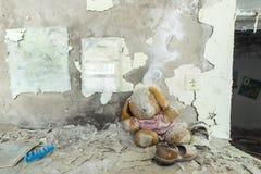 Zaniechany dzieciniec w Chernobyl niedopuszczenia strefie Przegrane zabawki, A ?amaj?ca lala Atmosfera strach i samotno?? Ukraina zdjęcie stock