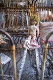 Zaniechany dzieciniec w Chernobyl niedopuszczenia strefie Przegrane zabawki, A ?amaj?ca lala Atmosfera strach i samotno?? Ukraina fotografia stock