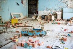 Zaniechany dzieciniec w Chernobyl niedopuszczenia strefie Przegrane zabawki, A ?amaj?ca lala Atmosfera strach i samotno?? Ukraina obrazy royalty free
