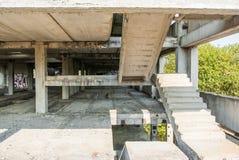 Zaniechany fabryczny budynek od starego betonu Zdjęcia Royalty Free
