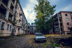 Zaniechany górniczy miasto widmo Jantuha, Abkhazia Zniszczony opróżnia domy Zdjęcie Stock