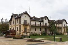 Zaniechany hotel opuszczony dom wykolejena dom Pimped hotel stary hotel Nikt chciał starego dom Beżowa kolor jesień Fotografia Stock