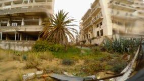 Zaniechany hotelowy budynek w deszczu w zamkniętym miasto widmo Varosha w Północnym Cypr zbiory