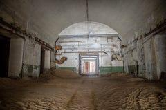 Zaniechany i ośniedziały stary sowiecki bunkieru magazyn substancje chemiczne sa zdjęcia royalty free