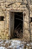 Zaniechany i stary wietrzejący budynek z drzwiowym otwarciem Zdjęcia Stock