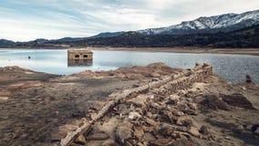 Zaniechany i stronniczo zanurzający kamienny budynek w jeziorze w Cors Fotografia Stock
