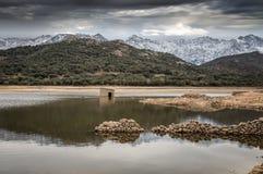 Zaniechany i stronniczo zanurzający kamienny budynek w jeziorze w Cors Zdjęcie Royalty Free