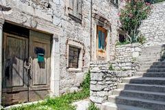 Zaniechany kamień budował domy w starym, śródziemnomorskim miasteczku, zdjęcia royalty free
