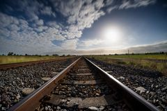 Zaniechany kolejowy ślad zaświecający blask księżyca obraz royalty free