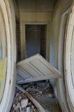 zaniechany korytarza drzwi dom zaniechany Zdjęcia Royalty Free